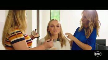 Aveeno Positively Radiant TV Spot, 'CMT: Refresh Station' Featuring Danielle Bradbery - Thumbnail 6