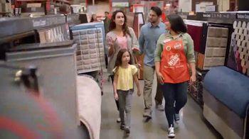 The Home Depot TV Spot, 'Últimos estilos en piso' [Spanish] - Thumbnail 4