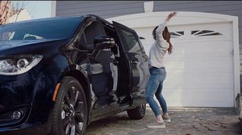 2018 Chrysler Pacifica TV Spot, 'My Jam: Just Stretching' Ft. Kathryn Hahn [T2] - Thumbnail 3