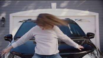 2018 Chrysler Pacifica TV Spot, 'My Jam: Just Stretching' Ft. Kathryn Hahn [T2] - Thumbnail 4