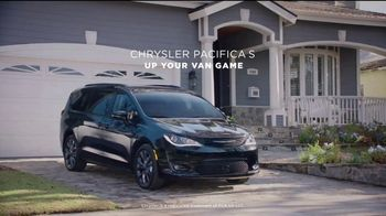 2018 Chrysler Pacifica TV Spot, 'My Jam: Just Stretching' Ft. Kathryn Hahn [T2] - Thumbnail 8