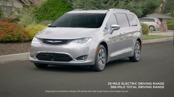 2018 Chrysler Pacifica TV Spot, 'All Day: Half and Half' Feat. Kathryn Hahn [T2] - Thumbnail 6