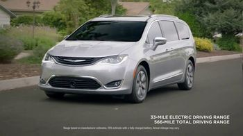 2018 Chrysler Pacifica TV Spot, 'All Day: Half and Half' Feat. Kathryn Hahn [T2] - Thumbnail 7