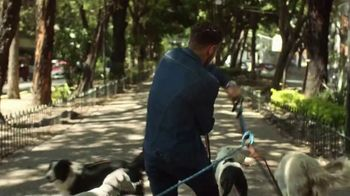 Lee Extreme Motion Jeans TV Spot, 'Dog Walker' - Thumbnail 5