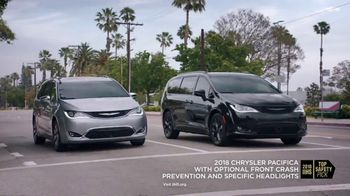 Chrysler Fall Clean Up Event TV Spot, 'Shallow Thoughts: Burger' Song by Gary Wright, Featuring Kathryn Hahn [T2] - Thumbnail 6
