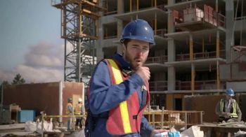 Vicks Dayquil Severe VapoCOOL TV Spot, 'Construction Choir' - Thumbnail 1