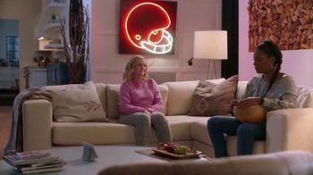 Google Home Hub TV Spot, 'Friendsgiving Rules' Featuring Amy Poehler, Tiffany Haddish - Thumbnail 8