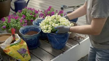 Lowe's Labor Day Savings TV Spot, 'Backyard Moment: Premium Mulch' - Thumbnail 5