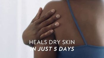 Vaseline Clinical Care Extremely Dry Skin Rescue TV Spot, 'What Healed Skin Can Do' - Thumbnail 4