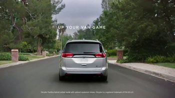 Chrysler Pacifica Hybrid TV Spot, 'All Day' Featuring Kathryn Hahn [T1] - Thumbnail 10
