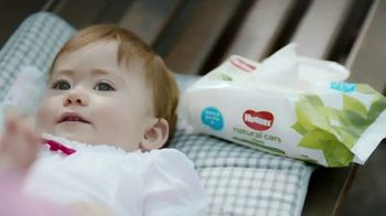 Huggies Natural Care Wipes TV Spot, 'Fits Impromptu Changes' - Thumbnail 2
