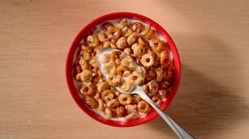 Cheerios Oat Crunch TV Spot, 'Introduction: Tailgate Nation' - Thumbnail 3