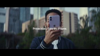 Apple iPhone TV Spot, 'Compartiendo demasiado' [Spanish] - Thumbnail 9
