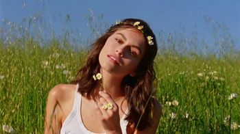 Marc Jacobs Daisy TV Spot, 'Field of Flowers' Featuring Kaia Gerber, Song by Suicide - Thumbnail 2