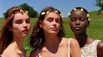 Marc Jacobs Daisy TV Spot, 'Campo de flores' con Kaia Gerber, canción de Suicide [Spanish]