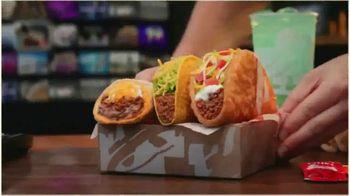 Taco Bell $5 Chalupa Cravings Box TV Spot, 'La isla de los tímidos' [Spanish] - Thumbnail 3