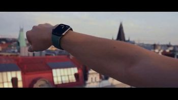 Apple Watch Series 5 TV Spot, 'Este reloj marca la hora' canción de Vampire Weekend [Spanish] - Thumbnail 6