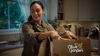 Olive Garden Buy One Take One ToGo TV Spot, 'La noche en casa: Delivery gratis' [Spanish] - Thumbnail 1