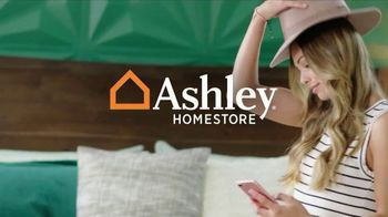 Ashley HomeStore Venta de Labor Day TV Spot, 'Camas y mesas' [Spanish] - Thumbnail 1