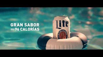Miller Lite TV Spot, 'Junto a la piscina' [Spanish] - Thumbnail 2