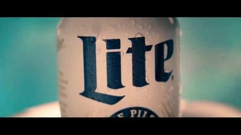 Miller Lite TV Spot, 'Junto a la piscina' [Spanish] - Thumbnail 3