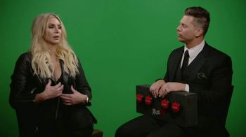 Snickers TV Spot, 'WWE: comerciales favoritos' con Charlotte Flair, Gregory Mizanin [Spanish] - Thumbnail 10