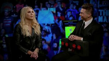 Snickers TV Spot, 'WWE: comerciales favoritos' con Charlotte Flair, Gregory Mizanin [Spanish] - Thumbnail 7