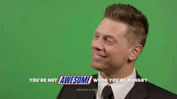 Snickers TV Spot, 'WWE: comerciales favoritos' con Charlotte Flair, Gregory Mizanin [Spanish] - Thumbnail 9