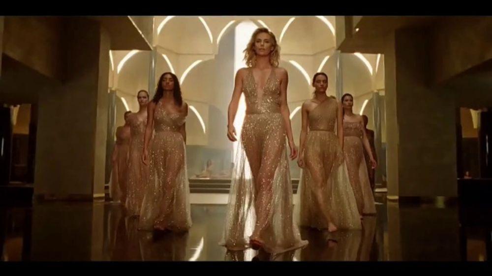 Dior J'Adore TV Commercial, 'La pel??cula' con Charlize Theron, canci??n de Kanye West