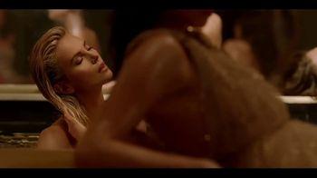 Dior J'Adore TV Spot, 'La película' con Charlize Theron, canción de Kanye West [Spanish] - Thumbnail 4
