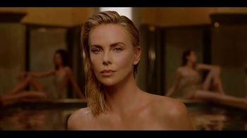 Dior J'Adore TV Spot, 'La película' con Charlize Theron, canción de Kanye West [Spanish] - Thumbnail 5