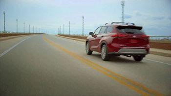 2020 Toyota Highlander TV Spot, 'You Look Awfully Good: Neighborhood Drive' [T2] - Thumbnail 9