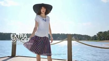 Macy's Summer Sale TV Spot, 'Stand Out Summer Looks: Extra 25 Percent Off' - Thumbnail 4