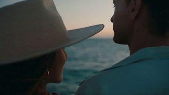 Airbnb TV Spot, 'Cándida & Jeff's Beach Bungalow' - Thumbnail 9