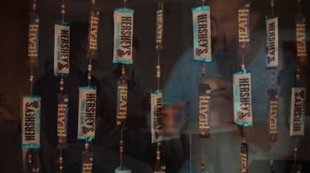 Dunkin' Donuts Hershey's Candy Flavors TV Spot, 'Dessert Island' - Thumbnail 4