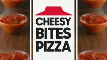 Pizza Hut Cheesy Bites Pizza TV Spot, 'Eso es queso' [Spanish] - Thumbnail 5