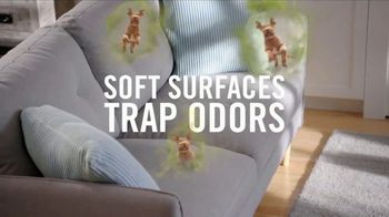 Febreze FABRIC Refresher Extra Strength TV Spot, 'Trapped Odors' - Thumbnail 4