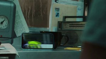 Apple iPhone XR TV Spot, 'Trasnochar' canción de Julie Andrews [Spanish] - Thumbnail 5