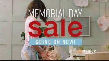 Ashley HomeStore Memorial Day Sale TV Spot, 'Las mejores ofertas del verano' canción de Midnight Riot [Spanish] - Thumbnail 2