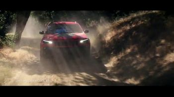 Summer of Jeep TV Spot, 'Cherokee: Connected' Feat. Arielle Vandenberg, Song by Jeremy Renner [T2] - Thumbnail 4
