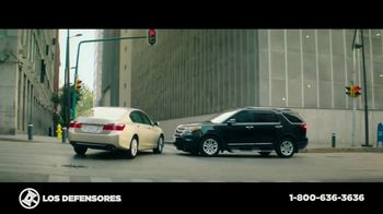 Los Defensores TV Spot, 'Pasar una luz roja' con Jorge y Jaime Jarrín [Spanish]