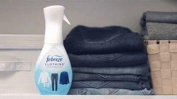 Febreze Clothing TV Spot, 'Actualización rápida' [Spanish] - Thumbnail 4