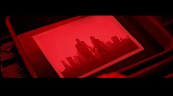 Giorgio Armani Code Absolu TV Spot, 'Cuarto oscuro' con Ryan Reynolds y Elodie Yung [Spanish] - Thumbnail 5