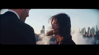 Giorgio Armani Code Absolu TV Spot, 'Cuarto oscuro' con Ryan Reynolds y Elodie Yung [Spanish] - Thumbnail 7