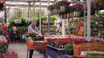 The Home Depot TV Spot, 'Todo el vecindario se ve bien: cinco por $10 dólares' [Spanish] - Thumbnail 5