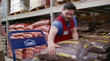 Lowe's Labor Day Savings TV Spot, 'Summer Projects: Lawn Food' - Thumbnail 3