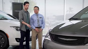 2019 Chrysler Pacifica TV Spot, 'Tough Decision: Talking Van' [Spanish] [T2] - Thumbnail 3