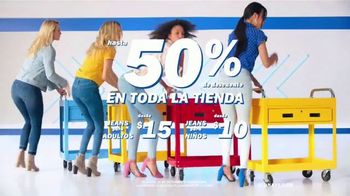 Old Navy TV Spot , 'Entona tu look de verano: jeans para adultos y niños' cancion de Kaskade [Spanish] - Thumbnail 4