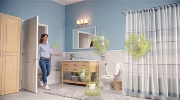 Febreze Small Spaces TV Spot, 'Tirar de la cadena' [Spanish]