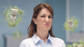 Febreze Small Spaces TV Spot, 'Tirar de la cadena' [Spanish] - Thumbnail 4